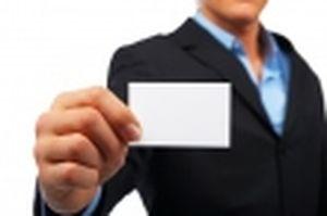 名刺を見せるビジネスマンの画像