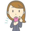 スマートフォンを操作する女性の画像